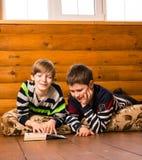 мальчики книги читая 2 Стоковое Изображение