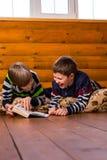 мальчики книги читая 2 Стоковые Фото