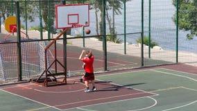 Мальчики на баскетбольной площадке акции видеоматериалы