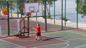 Мальчики на баскетбольной площадке сток-видео