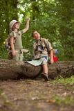 Мальчики на походе в лесе исследуя Стоковое Изображение