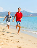 Мальчики на пляже Стоковые Изображения RF