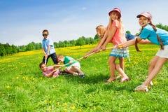 Мальчики против девушек Стоковые Фотографии RF