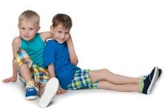 Мальчики сидят совместно Стоковая Фотография RF