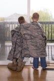 Мальчики скучая по папе стоковое изображение rf