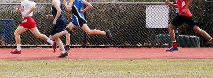 Мальчики средней школы участвуя в гонке миля Стоковые Изображения