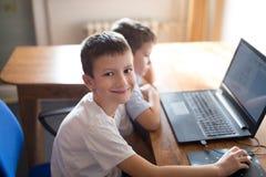 Мальчики уча на компьютере стоковая фотография rf