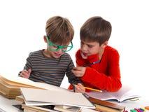 Мальчики уча совместно, концепция образования Стоковые Изображения