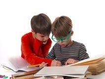 Мальчики уча совместно, концепция образования Стоковое Изображение RF