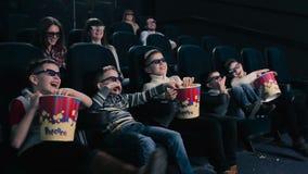 5 мальчиков смотрят кино 3D в кино видеоматериал