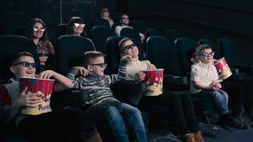 5 мальчиков смотря кино в кино видеоматериал