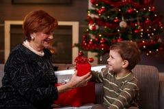 Мальчик давая сюрприз на рождестве стоковая фотография