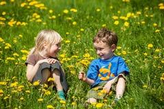 Мальчик давая цветки для девушки Стоковая Фотография RF