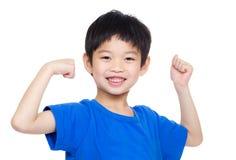 Мальчик Азии изгибая бицепс стоковые изображения rf