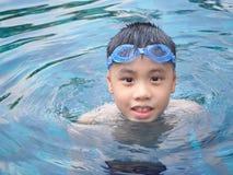 Мальчик Азии на бассейне Стоковые Изображения