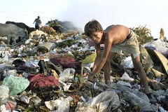 Мальчик латиноамериканца детского труда на месте захоронения отходов, Манагуа стоковое изображение rf
