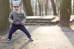 Мальчик бежать вокруг парка стоковые изображения rf