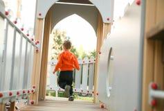 Мальчик бежать на спортивной площадке Стоковая Фотография RF