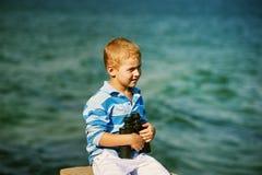 мальчик биноклей немногая Стоковые Изображения