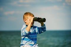 мальчик биноклей немногая Стоковая Фотография RF