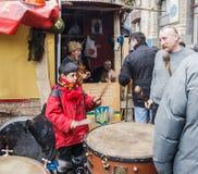 Мальчик бьет барабанчик Стоковое Изображение
