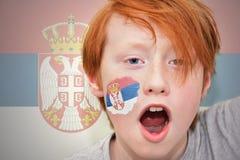 Мальчик вентилятора Redhead при сербский флаг покрашенный на его стороне Стоковые Изображения RF