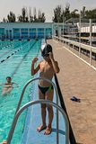 Мальчик вертикального изображения счастливый в положении бассейна стоковая фотография rf