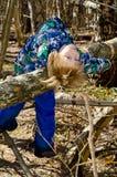 Мальчик взбирается на дереве стоковые изображения