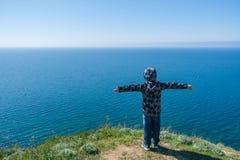 Мальчик взбираясь в горах, перемещение детей Стоковая Фотография