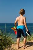 Мальчик возглавляя к пляжу Стоковое Изображение