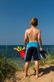 Мальчик возглавляя к пляжу Стоковые Изображения RF