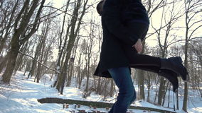 Мальчик встречает девушку в парке зимы сток-видео