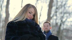 Мальчик встречает девушку в парке зимы видеоматериал