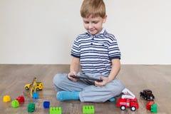 Мальчик выбирает таблетку стоковое изображение rf