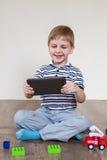 Мальчик выбирает таблетку стоковая фотография rf