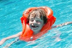 Мальчик в бассеине Стоковое фото RF