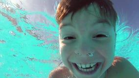 Мальчик в бассейне сток-видео