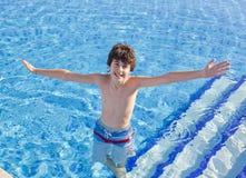 Мальчик в бассейне Стоковое Изображение