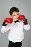 Мальчик в белых рубашке и бабочке в воюя позиции Стоковое Фото