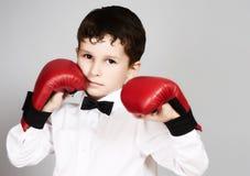 Мальчик в белых рубашке и бабочке в воюя позиции Стоковое Изображение RF