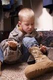 Мальчик в ботинках ` s папы стоковое изображение rf