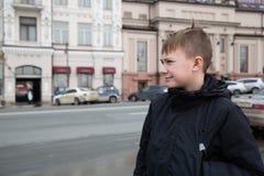 Мальчик в городе Владивостока стоковые фото