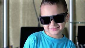 Мальчик в голубой усмехаться рубашки и солнечных очков акции видеоматериалы