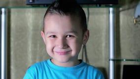 Мальчик в голубой усмехаться рубашки видеоматериал