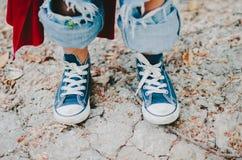 Мальчик в голубых тапках Стоковая Фотография