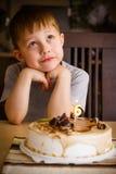 Мальчик в его дне рождения Стоковое Изображение RF