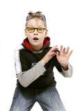 Мальчик в желтых стеклах играет дурачка Стоковая Фотография