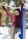 Мальчик в джинсах делая тренировку в парке Стоковая Фотография