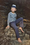 Мальчик в жилете и морской крышке Стоковое фото RF