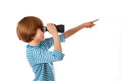 Мальчик в жилете матроса striped смотрит через бинокулярное Стоковое Изображение RF
